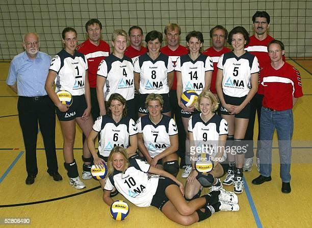 1 Bundesliga 03/04 Fischbek TV Phoenix Hamburg Hinten Manager Horst LUEDERS Mannschaftsarzt Dr Michael TANK Physiotherapeut Frank SCHMIDT...