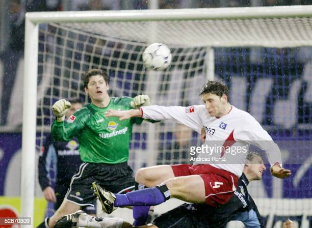 Bundesliga 03/04, Hamburg; Hamburger SV - SC Freiburg 4:1; Torwart Richard GOLZ/Freiburg, Bastian REINHARDT/HSV