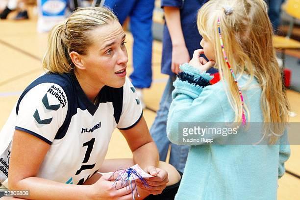 1 Bundesliga 03/04 Hamburg TVF Phoenix Hamburg Berlin BVC 68 31 Christina BENECKE mit einem kleinen Fan/Fischbek