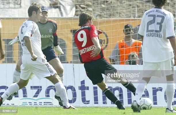 Bundesliga 03/04, Hannover; Hannover 96 - FC Bayern Muenchen; 3:1 TOR durch Thomas CHRISTIANSEN/Hannover, lks.: Robert KOVAC/Bayern und Oliver...