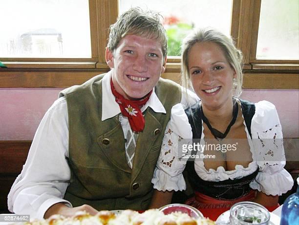 Bundesliga 03/04, Muenchen; FC Bayern Muenchen auf dem Oktoberfest 2003; Bastian SCHWEINSTEIGER mit Feundin DANIELA