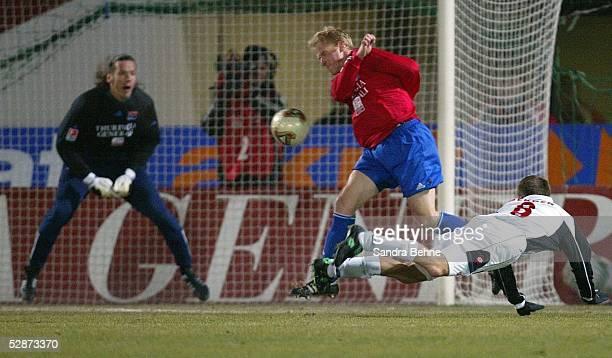 Bundesliga 03/04, Unterhaching; SpVgg Unterhaching - FSV Mainz 05; v.l.: Torwart Stefan BRASAS, Norman LOOSE/Unterhaching, Fabian GERBER/Mainz
