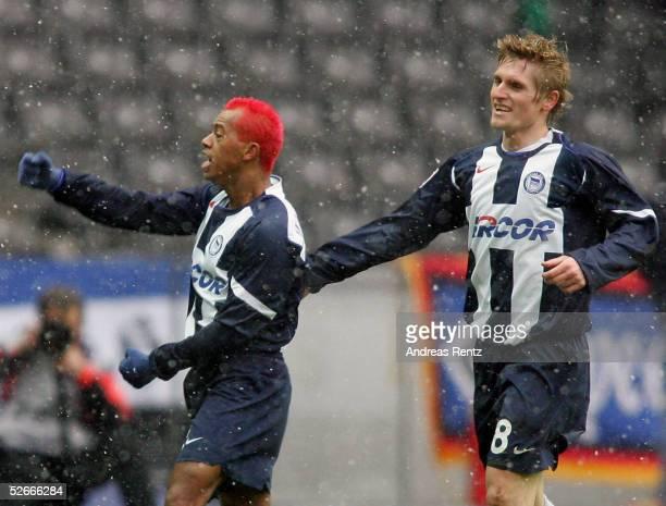 1 Bundesliga 04/05 Berlin 260205 Hertha BSC Berlin Hamburger SV 41 MARCELINHO Artur WICHNIAREK/Berlin jubeln ueber den Treffer zum 30
