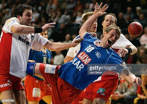 1 Bundesliga 04/05 Essen 230205 Tusem Essen HSV Handball Viktor SZILAGGYI/Essen Thomas KNORR/HSV Oliver ROGGISCH Christian ROSE/Essen