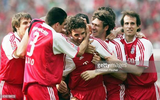 1 Bundesliga 04/05 Hannover 160405 Hannover 96 FC Bayern Muenchen Die Bayern jubeln ueber den Treffer zum 10 von Owen HARGREAVES/Bayern