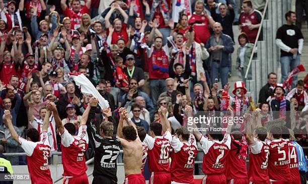 1 Bundesliga 04/05 Hannover 160405 Hannover 96 FC Bayern Muenchen Die Bayern jubeln nach dem Spiel vor den Fans