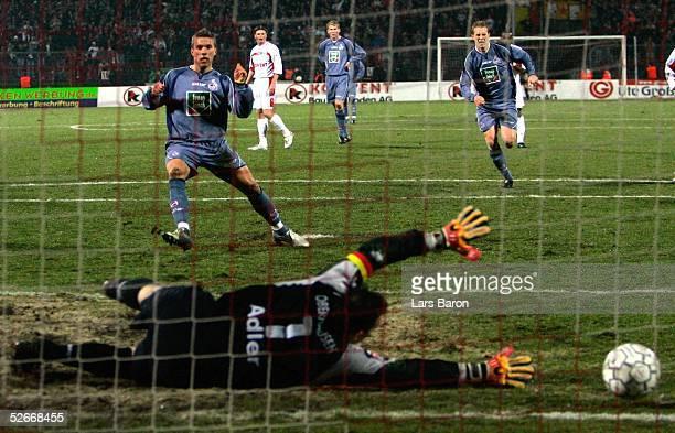 2 Bundesliga 04/05 Oberhausen 110305 Rot Weiss Oberhausen 1 FC Koeln Tor zum 01 durch Lukas PODOLSKI/Koeln keine Chance fuer Torwart Oliver ADLER/RWO