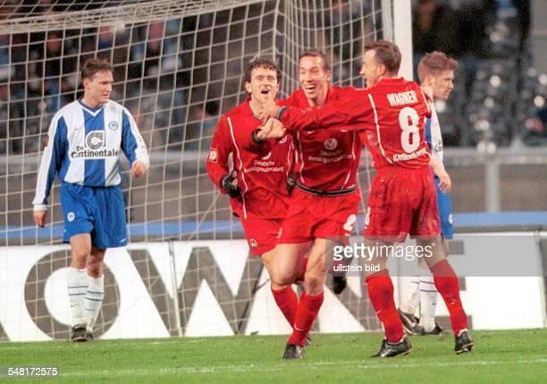 1 Bundesliga 12 Spieltag Hertha BSC Berlin 1FC Kaiserslautern 01 Torschütze Jeff Strasser wird von Wagner und Marschall umjubelt während links...