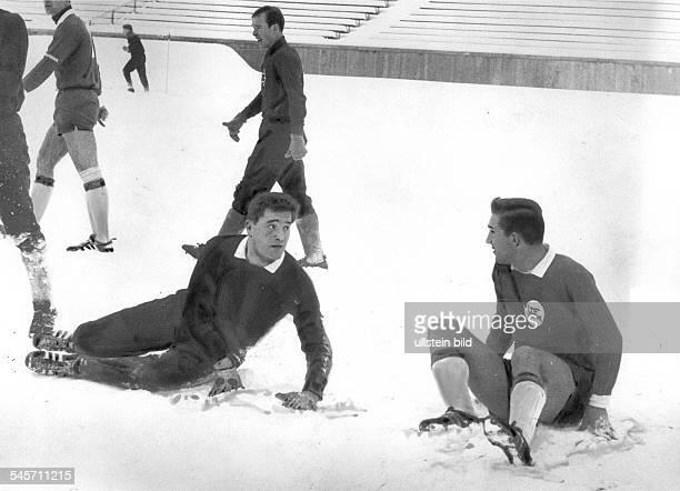 1 Bundesliga 19651966 19 Spieltag Tasmania Berlin gegen Borussia Mönchengladbach 00 im Berliner Olympiastadion Spielszene auf dem verschneiten Rasen...