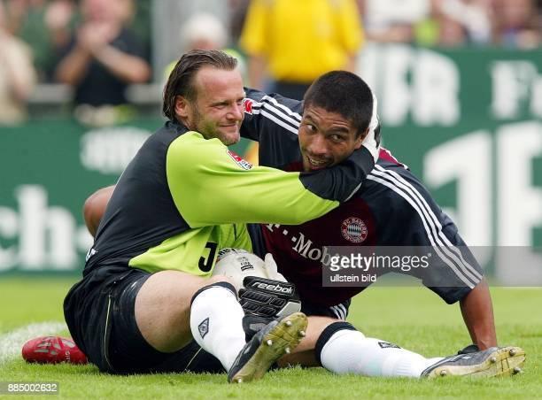 Bundesliga 2002/03 1 Spieltag Borussia Mönchengladbach FC Bayern München 00 Der Gladbacher Torhüter Jörg Stiel umarmt freundschaftlich Bayerns...