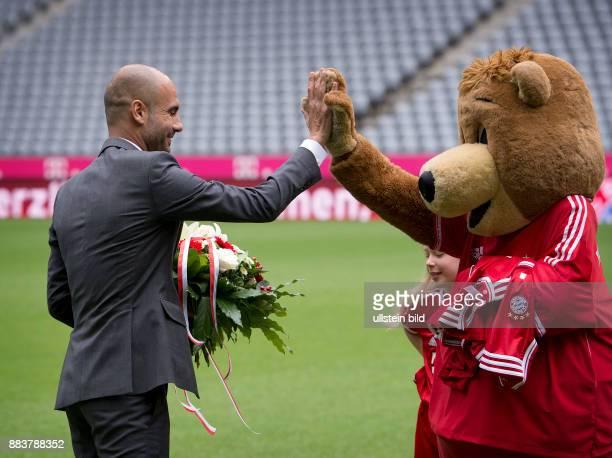 Bundesliga 2013/2014 Vorstellung Pep Guardiola Pep GUARDIOLA und Maskottchen Berni klatschen in der Allianz Arena ab.