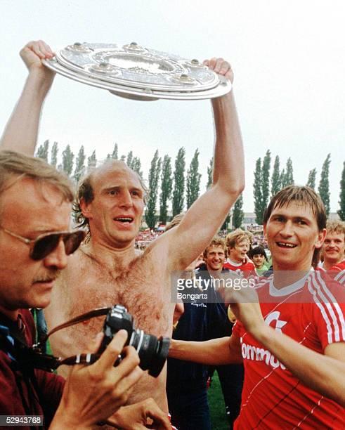 1 Bundesliga 84/85 Braunschweig Eintracht Braunschweig Bayern Muenchen 01 FC Bayern Muenchen Deutscher Fussballmeister 1985 Jubel mit Meisterschale...