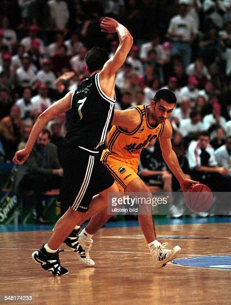 ALBA Berlin Telekom Baskets Bonn 8563 Spielszene Hurl Beechum verteidigt gegen Vladimir Bogojevic