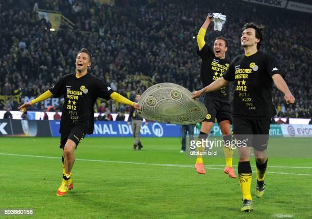 Bundesliga : Saison 2011/2012 32. Spieltag Borussia Dortmund - Borussia Moenchengladbach Jubel nach dem SIEG zur Deutschen Meisterschaft Moritz...