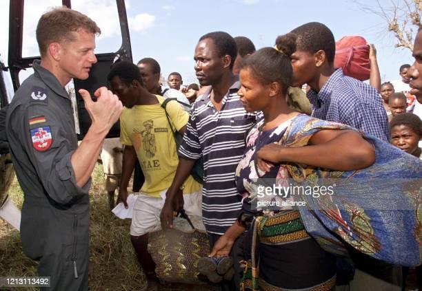 BundesluftwaffenStabsarzt Thomas Harbaum wählt bei seinem Hilfseinsatz in der mosambikanischen Stadt Beira am 632000 besonders hilfsbedürftige...
