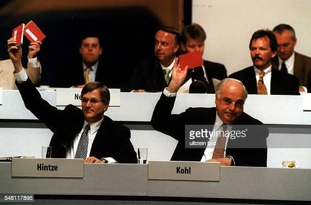 Bundesparteitag der CDU vom 1705 unter dem Motto 'Wir führen Deutschland in das 21 Jahrhundert' Bundeskanzler und Bundesparteivorsitzender Helmut...