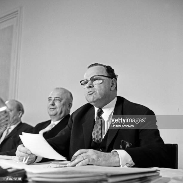 Bundespostminister Richard Stücklen Ausschuß bei der Ideenfindung zur Planung zum Bau des Fernmeldeturms in Hamburg, Deutschland 1960er Jahre.