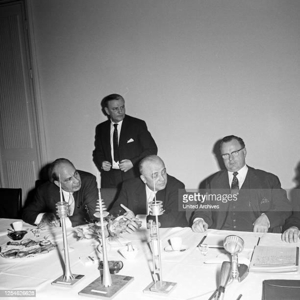 Bundespostminister Richard Stücklen Ausschuß bei der Ideenfindung zur Planung zum Bau des Fernmeldeturms in Hamburg Deutschland 1960er Jahre