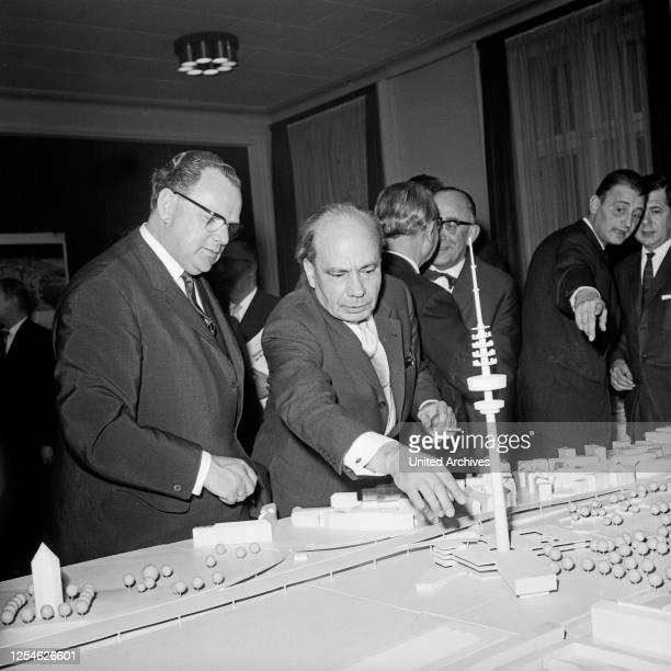Bundespostminister Richard Stücklen im Ausschuß bei der Ideenfindung zur Planung zum Bau des Fernmeldeturms in Hamburg, Deutschland 1960er Jahre.
