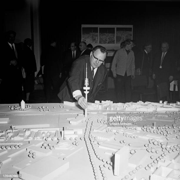 Bundespostminister Richard Stücklen mit einem Modell bei der Ideenfindung zur Planung zum Bau des Fernmeldeturms in Hamburg, Deutschland 1960er Jahre.