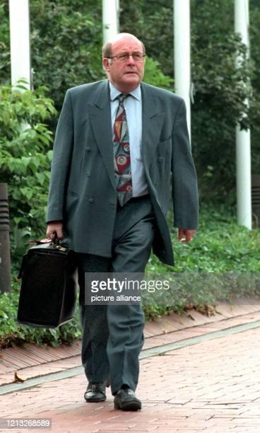Bundespostminister Wolfgang Bötsch am 23.7.1997 auf dem Weg zur Kabinettssitzung im Bonner Kanzleramt.