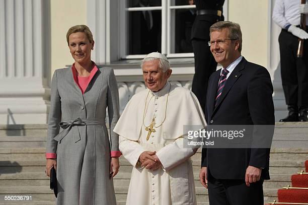 Bundespräsident Christian Wulff und seine Ehefrau Bettina empfangen Seine Heiligkeit Papst Benedikt XVI im Schloss Bellevue in Berlin