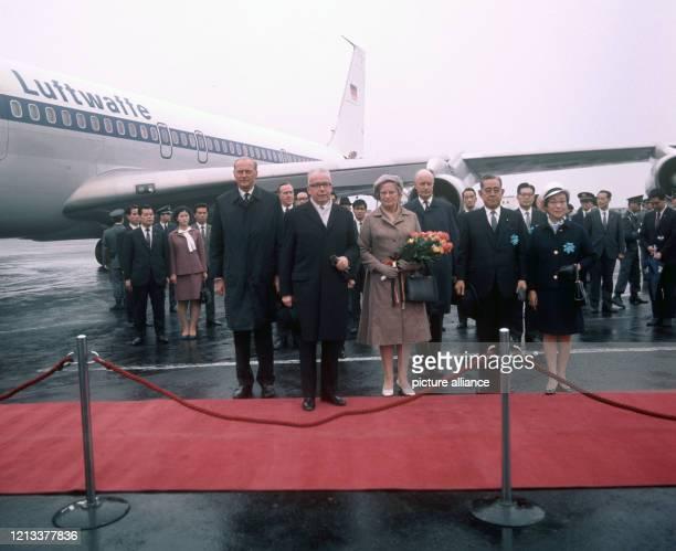 Bundespräsident Gustav Heinemann neben seiner Ehefrau Hilda, daneben der japanische Ministerpräsident Saro Eisaku und seine Gattin während eines...