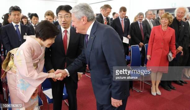 Bundespräsident Joachim Gauck verleiht am in Kyoto in Japan den Philipp Franz von Siebold-Preis an den japanischen Wissenschaftler Takeshi Kawasaki...
