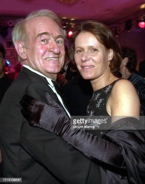 Bundespräsident Johannes Rau tanzt mit seiner Frau Christina am eng umschlungen beim Bundespresseball in Berlin Der gelernte Verlagsbuchhändler...