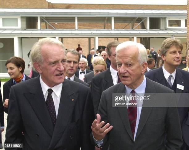 Bundespräsident Johannes Rau unterhält sich am bei einem Rundgang über das Schulgelände des Salem International College in Überlingen am Bodensee mit...