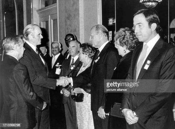 Bundespräsident Karl Carstens begrüsst am in BadenBaden bei einem Empfang zu Ehren des XI Olympischen Kongresses an der Seite des spanischen...