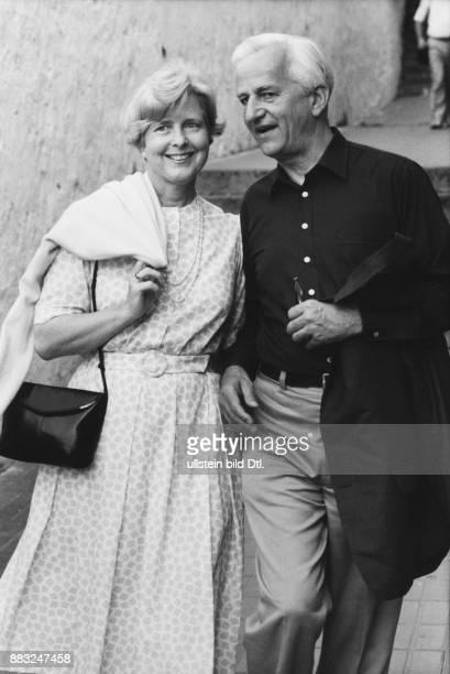 Bundespräsident Richard von Weizsäcker und seine Ehefrau Marianne im Sommerkleid mit Handtasche