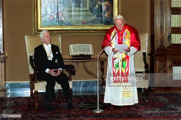 Bundespräsident Richard von Weizsäcker wird bei seinem Abschiedsbesuch als Bundespräsident in Italien am 3 März 1994 imVatikan vom Oberhaupt der...