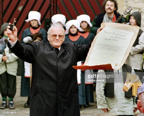 Bundespräsident Roman Herzog hebt am eine Kopie des Vertrages vom Westfälischen Frieden hoch die ihm von Kindern einer Osnabrücker Schule geschenkt...