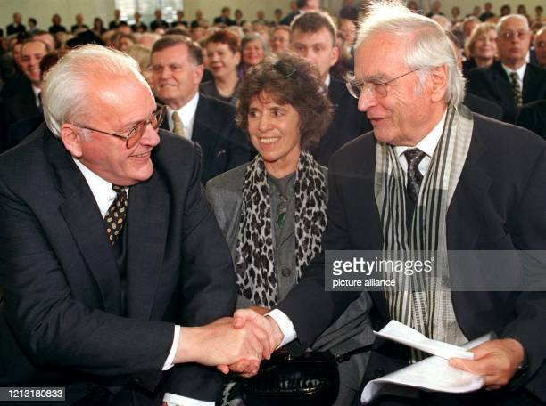 Bundespräsident Roman Herzog reicht Schriftsteller Martin Walser vorbei an dessen Ehefrau Käthe vor der Verleihung des Friedenspreises des Deutschen...