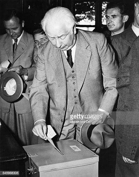 Bundespräsident Theodor Heuss bei derStimmabgabe in seinem Wahllokal in Bonn