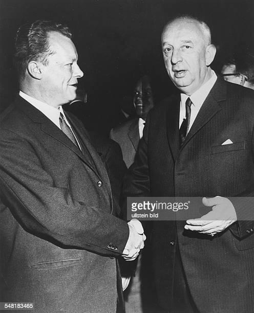 Bundestag in der Kongresshalle in Berlin DFBPräsident Hermann Gösmann und der Regierende Bürgermeister von Berlin Willy Brandt schütteln sich die...