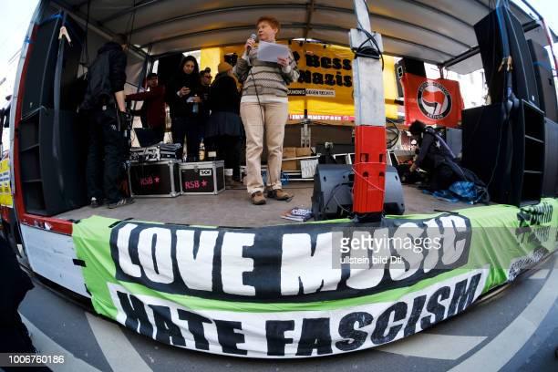 Bundestagsabgeordnete Petra Pau spricht auf einer Demonstration unter dem Motto SOLIDARITÄT STATT RECHTER HETZE KEIN NAZIAUFMARSCH IN BERLINMITTE...