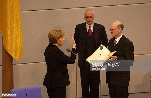 Bundestagspräsident Norbert Lammert vereidigt Dr. Angela Merkel zur Bundeskanzlerin im Deutschen Bundestag in Berlin