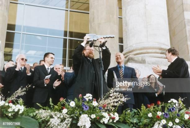 Bundestagspräsident Wolfgang Thierse hält den symbolischen Schlüssel des Reichstages in die Höhe, der ihm anlässlich der Eröffnung des neu...