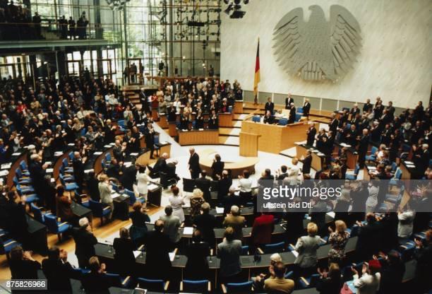 Bundestagssitzung und Vereidigung des neuen Bundespräsidenten am in Bonn Die Abgeordneten applaudieren im Stehen Im Zentrum des Plenarsaals der...