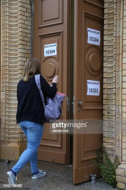 Bundestagswahl / Halle Wahllokal Luisenschule Eingang