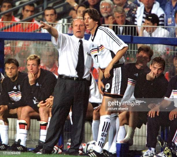 Bundestrainer Berti Vogts gibt am 25.6.1998 im letzten WM-Vorrundenspiel der Gruppe F in Montpellier gegen den Iran gestikulierend Anweisungen an den...