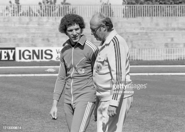 Bundestrainer Helmut Schön unterhält sich beim Training am in Madrid mit Stürmer Klaus Toppmöller, der tags darauf umsonst auf seinen ersten...