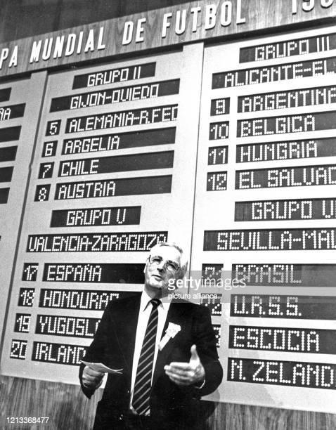 Bundestrainer Jupp Derwall steht am im Kongresspalast in Madrid vor der Tafel mit den Auslosungsergebnissen für die Fußball-Weltmeisterschaft in...