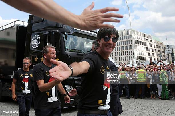 Bundestrainer Trainer Coach Joachim Jogi Loew Löw Deutschland klatscht mit Fans ab Rückkehr der Deutschen Fussball Nationalmannschaft nach dem...