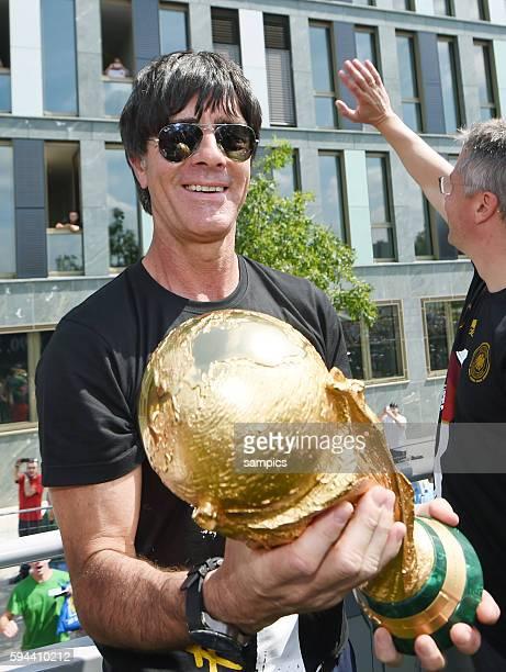 Bundestrainer Trainer Coach Joachim Jogi Loew Löw Deutschland mit Weltcup Weltpokal WM Pokal Weltmeisterschaftspokal Rückkehr der Deutschen Fussball...