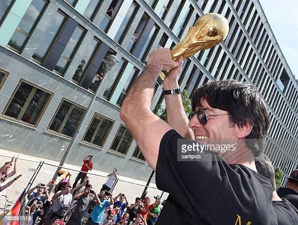 Bundestrainer Trainer Coach Joachim Jogi Loew Löw Deutschland zeigt den Weltcup Weltpokal WM Pokal Weltmeisterschaftspokal den Fans auf den Strassen...