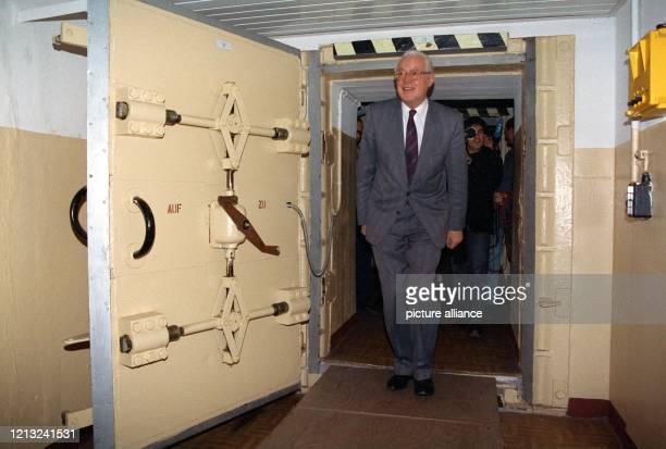 Bundesverteidigungsminister Gerhard Stoltenberg äußert am 21 November 1990 bei seiner Ankunft in der Bunkeranlage in Prenden in der Nähe von...