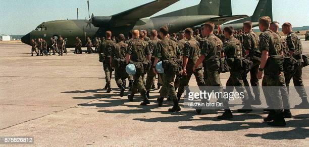 Bundeswehr Sanitätssoldaten vor dem Abflug nach Bosnien, wo sie im deutsch-französischen Feldhospital im Rahmen der UNO-Friedenstruppen eingesetzt...